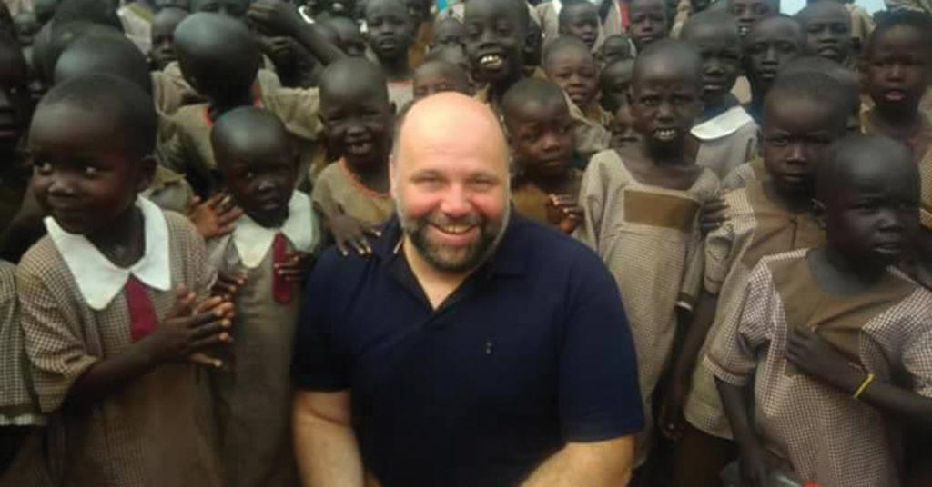 Pe. Omar Delasa com crianças sudanesas