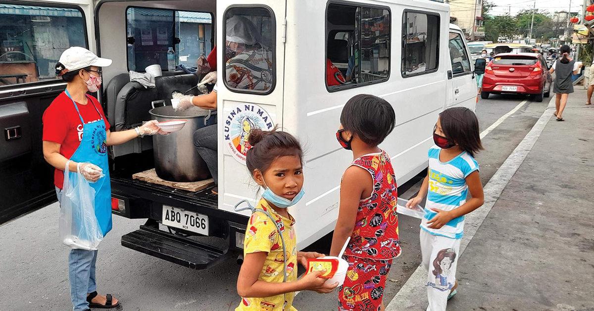 Paróquia salesiana nas Filipinas distribui comida nas ruas